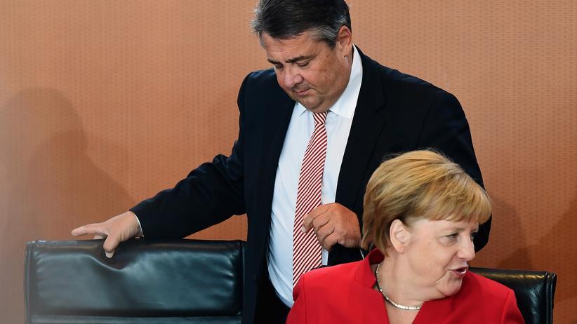 SPD Kanzlerkandidatur: SPD-Chef Sigmar Gabriel mit der Bundeskanzlerin bei einem Kabinettstreffen