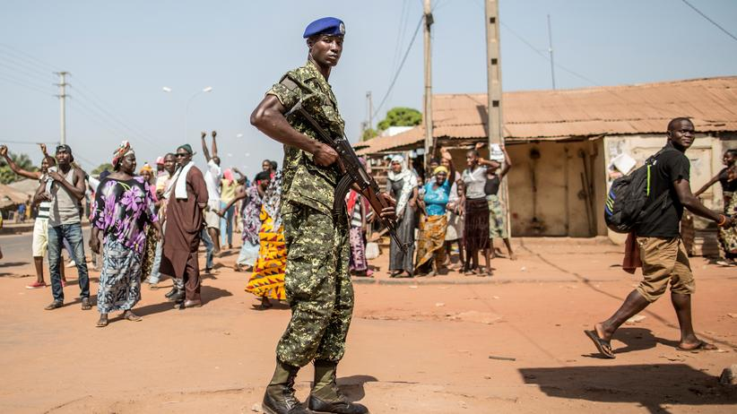 Machtkampf: Ein gambischer Soldat wacht über die Bevölkerung bei der Präsidentschaftswahl im Dezember 2016