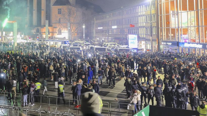 Silvesternacht in Köln: Silvester 2016 vor dem Kölner Hauptbahnhof
