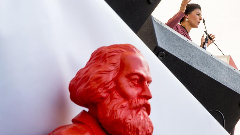Nato: Sahra Wagenknecht spricht in Leipzig, davor steht eine Skulptur von Karl Marx. (Archivbild)