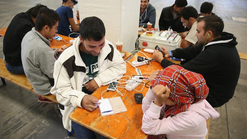 Asylpolitik: Kontaktmittel, Wegweiser, Helfer: Ein Handy ist für Flüchtlinge überlebenswichtig.