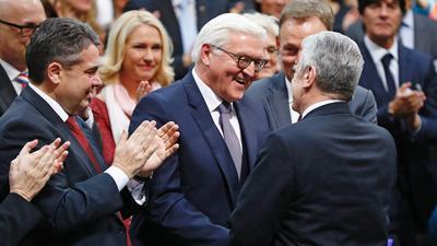 Bundespräsidentenwahl: Bundespräsident Joachim Gauck gratuliert Frank-Walter Steinmeier zur gewonnenen Wahl.