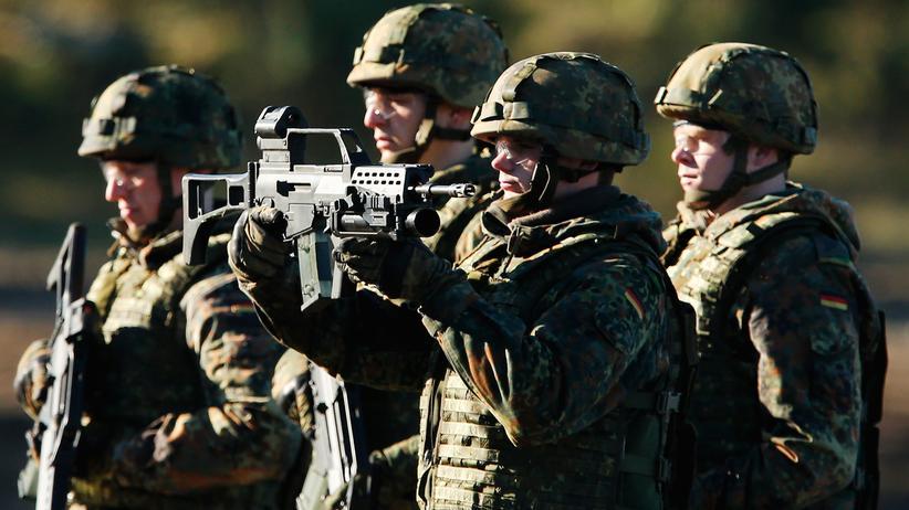 Rüstungsindustrie: Bundeswehrsoldaten präsentieren ihr G36 während einer für Medien abgehaltenen Übung bei Münster.