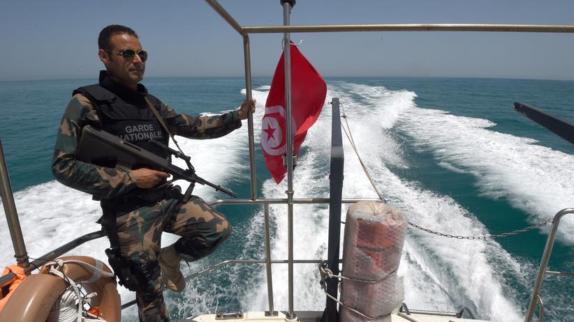 Thomas Oppermann: Die tunesische Nationalgarde patrouilliert zwischen Tunesien und Libyen und hält Ausschau nach Booten mit Migranten auf dem Weg nach Europa.
