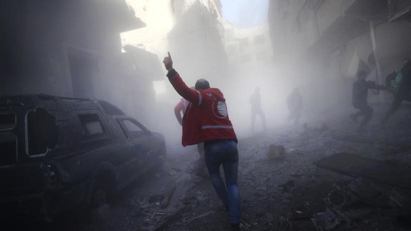 Flüchtlinge: Ein Straßenzug nach einem Luftangriff auf Rebellen im syrischen Duma