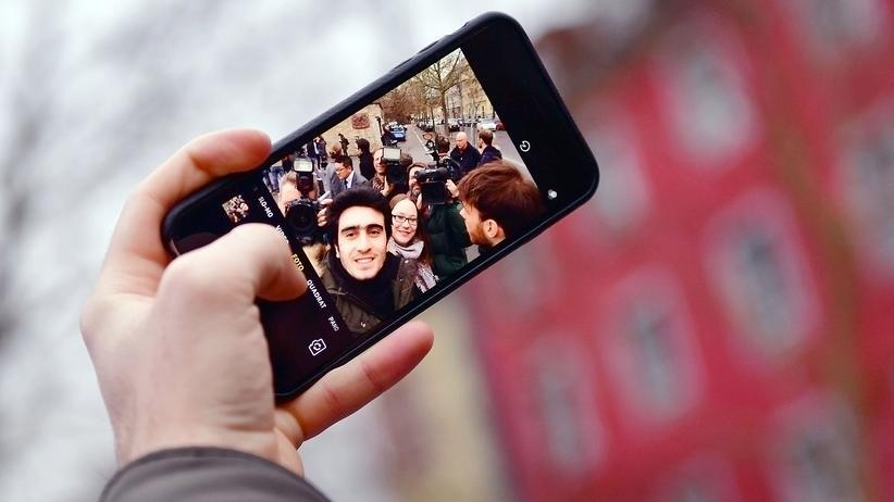 Anas Modamani, der eine Foto von sich macht, dieses Mal ohne Angela Merkel.
