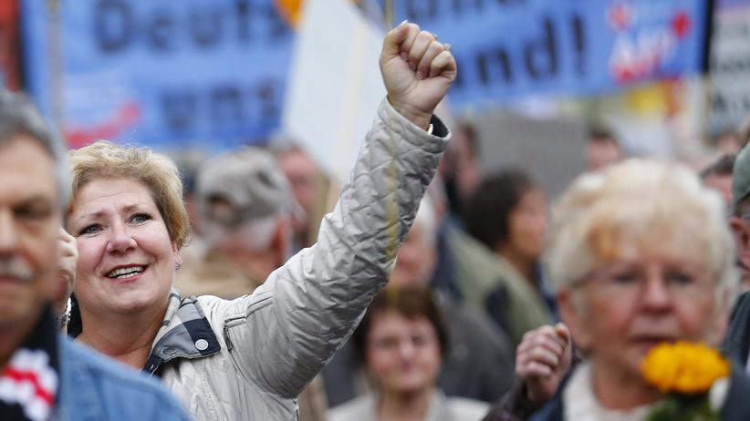 Rechtspopulismus: AfD-Anhänger demonstrieren  in Berlin gegen die Flüchtlingspolitik der Bundesregierung.