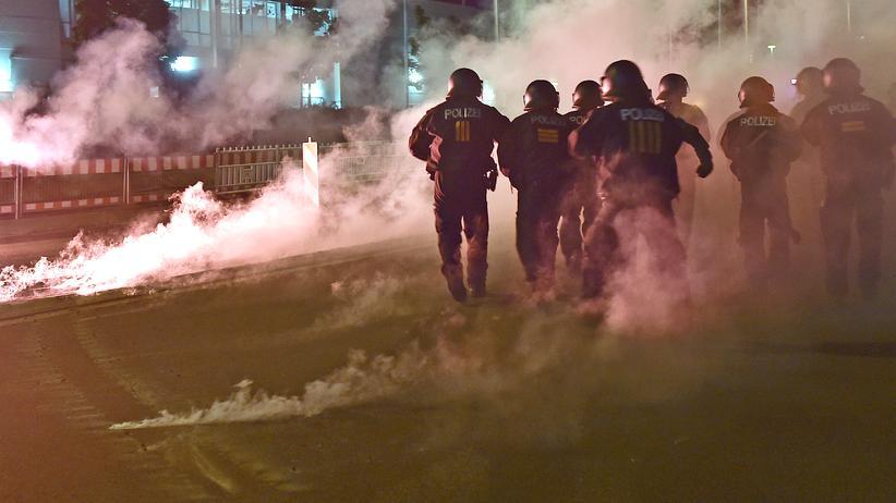 Gruppe Freital: Archivbild von Polizisten bei einer Demonstration gegen Asylbewerber in Heidenau