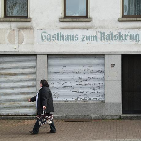 Eine Frau vor einem Gebäude in Wallerfangen im Saarland
