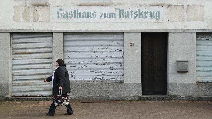 Rechtspopulismus: Eine Frau vor einem Gebäude in Wallerfangen im Saarland