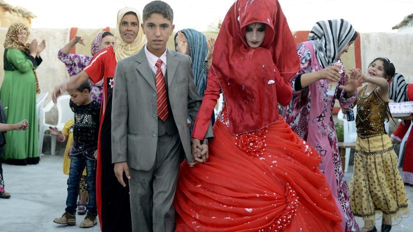 Kinderehen-Verbot: Ein ungewöhnliches Paar: Ein 14-jähriger Iraker mit seiner 17-jährigen Braut bei der Hochzeitsfeier in Tikrit. Jungen und Mädchen werden in den ländlichen Gebieten Iraks trotz eines Verbots der Regierung von örtlichen Geistlichen oft schon in jungen Jahren verheiratet.