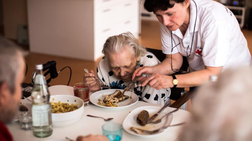 Pflegeberufe: Eine Altenpflegerin hilft einer Bewohnerin beim Essen.