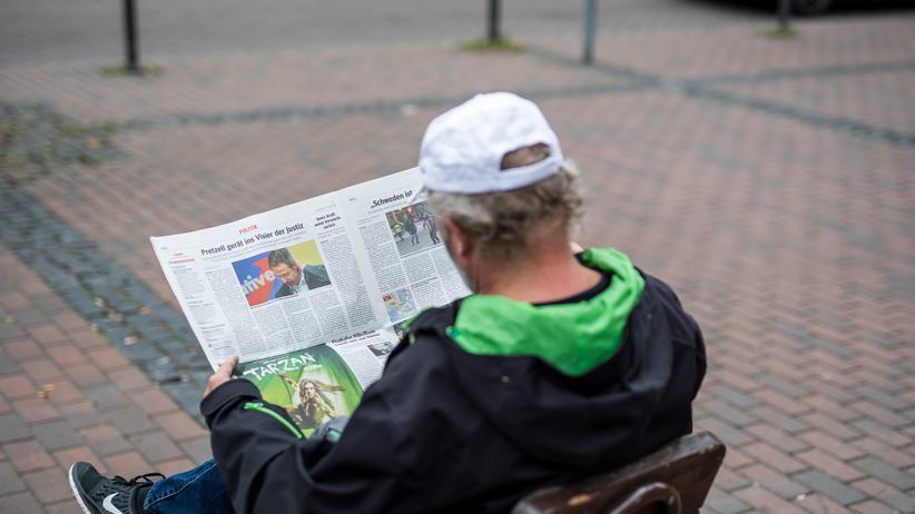 Landtagswahl in Nordrhein-Westfalen: Kurz vor dem Beginn des AfD-Wahlkampfs in Essen, aufgenommen am 8. April: Ein Mann liest einen Artikel über den AfD-Spitzenkandidaten Marcus Pretzell.