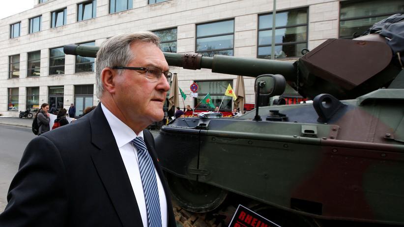 Rheinmetall: Franz Josef Jung (CDU) passiert  in Berlin eine Demonstration gegen Exporte deutscher Panzer in die Türkei.