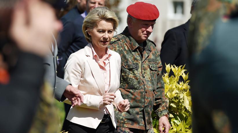 Besuch in Illkirch: Bundesverteidigungsministerin Ursula von der Leyen (CDU) besucht mit dem Bundeswehr-Generalinspekteur Volker Wieker das Jägerbataillon 291 im französischen Illkirch.