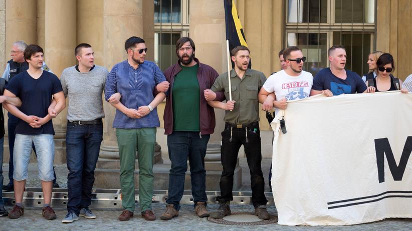 AfD und Identitäre Bewegung: Aktivisten der Identitären Bewegung protestieren vor dem Bundesjustizministerium - auch dabei: Mitstreiter aus der AfD-Jugend