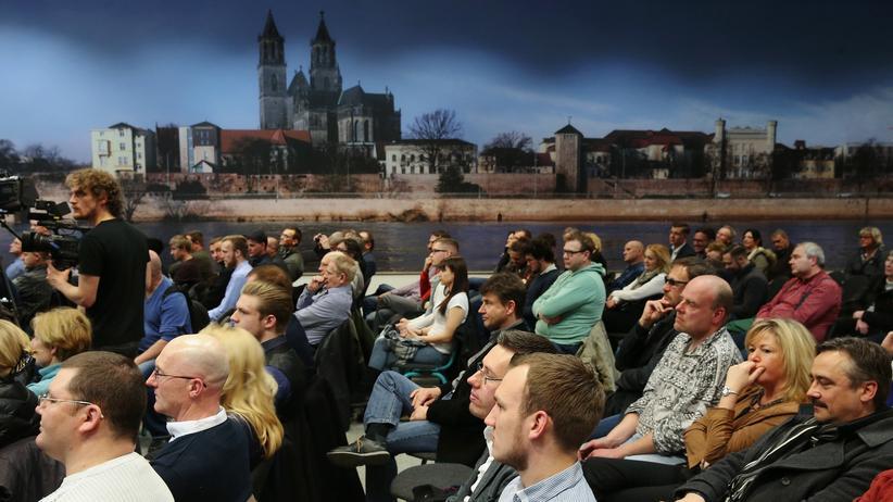 Wahlverhalten: AfD-Anhänger bei einer Veranstaltung der Partei in Magdeburg.