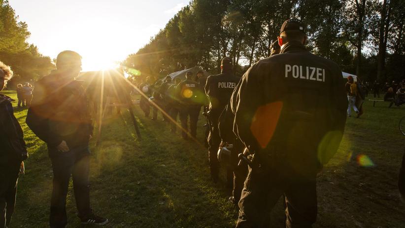 G20-Gipfel: Polizisten tragen einen Demonstranten aus dem Protestcamp in Hamburg.