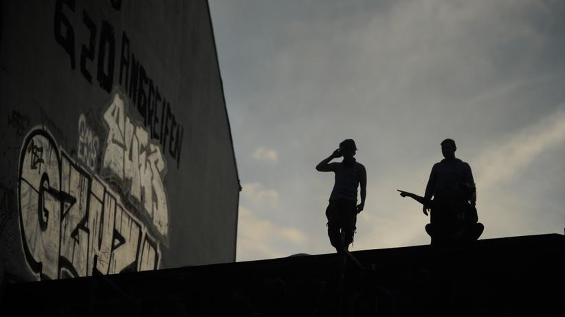 Polizisten sagen, sie wurden in Hamburg von Dächern aus angegriffen.