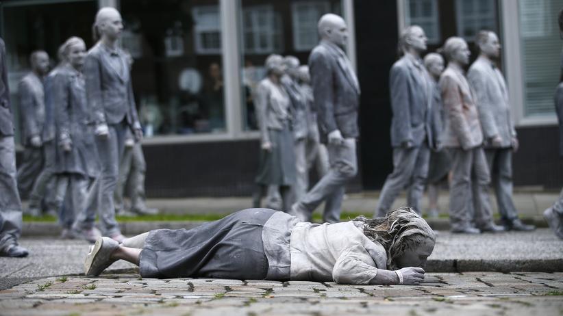 G20-Proteste: Jeder für sich: Die 1000GESTALTEN von Hamburger Künstlern sollen für Menschen stehen, die in einer Welt leben, so komplex, dass man ihre Zusammenhänge kaum noch verstehen kann.