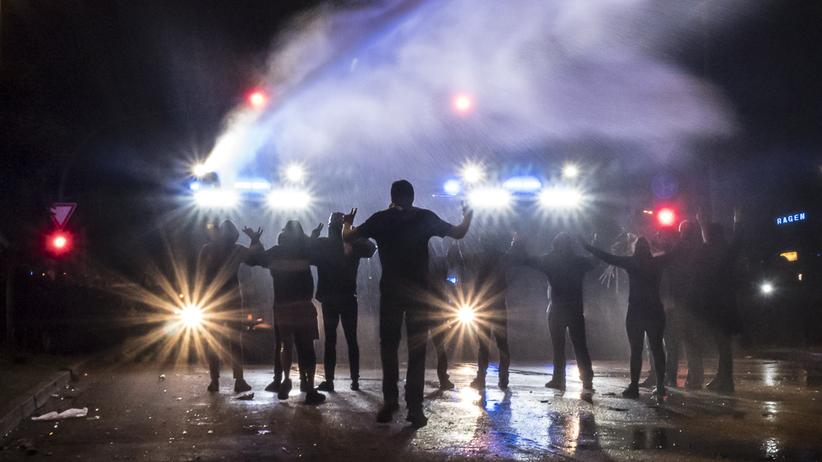 Krawalle beim G20-Gipfel: Vermummte im Strahl eines Wasserwerfers: Hamburg am Abend der G20-Krawalle