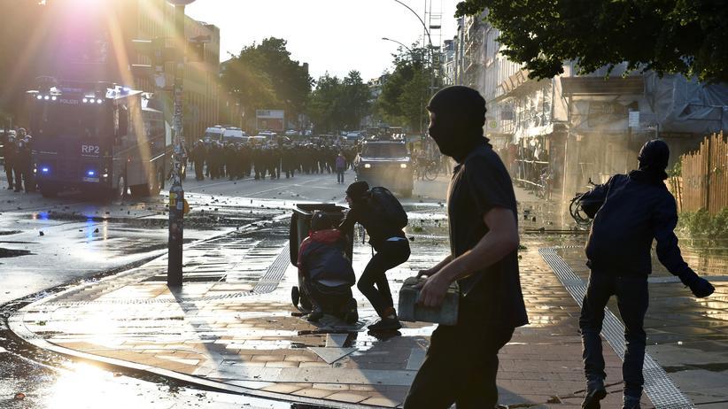 Reaktionen auf G20-Krawalle: Wasserwerfereinsatz gegen randalierende Demonstranten beim G20-Gipfel in Hamburg