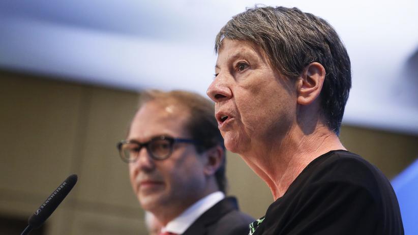 Barbara Hendricks: eite an Seite: Umweltministerin Hendricks und Verkehrsminister Dobrindt unterrichten die Presse über die Ergebnisse des Dieselgipfels in Berlin.