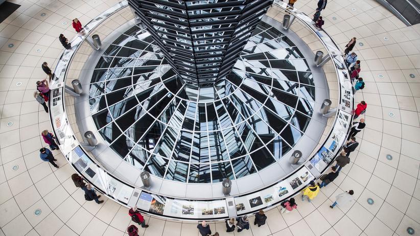 Bundestagswahl: Blick durch das Glasdach auf den Plenarsaal des Bundestags in Berlin