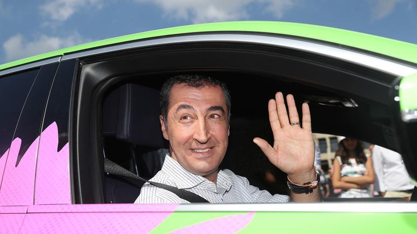 Die Grünen: Cem Özdemir in einem Hybridauto