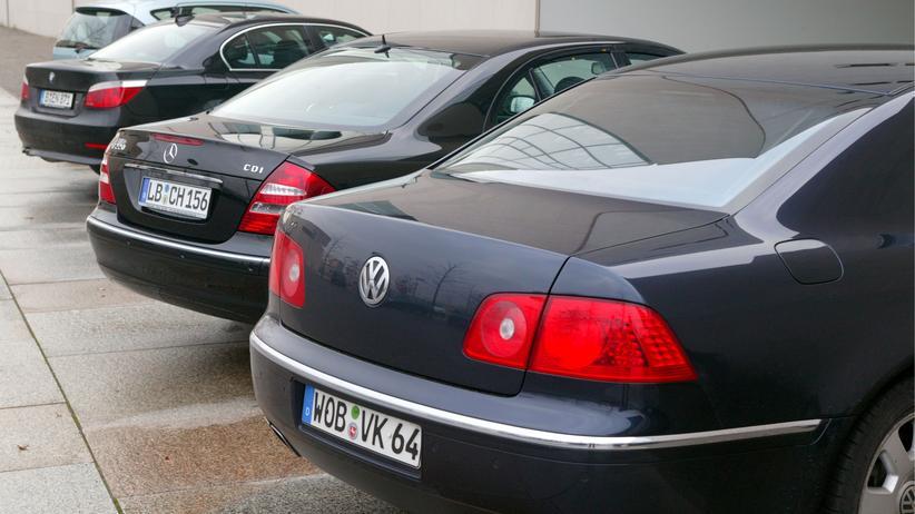Dieselaffäre: Große Limousinen deutscher Autobauer stehen auf dem Parkplatz vor dem Eingang des Bundeskanzleramtes.
