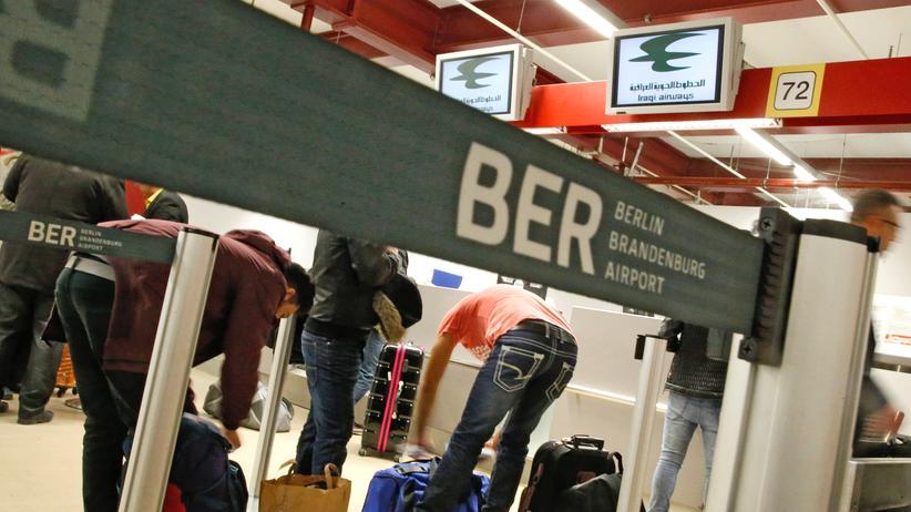 Migration: Passagiere am Check-in für einen Flug von Berlin nach Erbil im Irak – Anfang 2016 kehrten besonders viele irakische Asylbewerber freiwillig in ihre Heimat zurück.