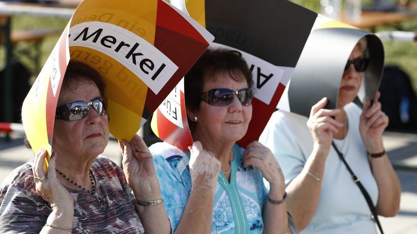 Bundestagswahl: Unter einem kleinen Wahlplakat kann man sich schon mal vor der Sonne schützen, ein langes Wahlprogramm würde sich schlechter eignen.