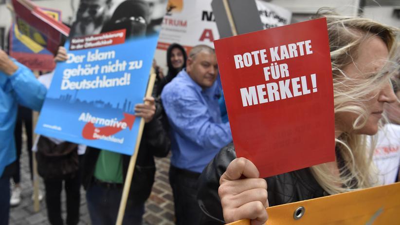 """""""Epoch Times"""": AfD-Anhänger vor einem Auftritt von Kanzlerin Angela Merkel in Torgau"""