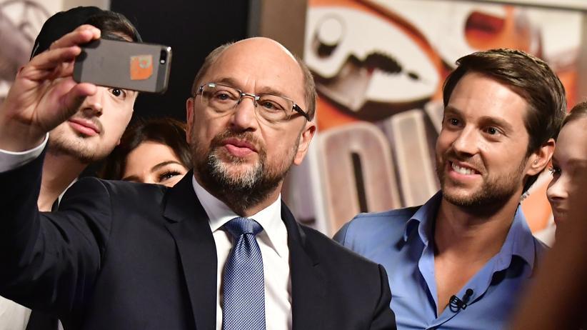 Bundestagswahl: SPD-Kamzlerkandidat Martin Schulz posiert nach einem Youtube-Interview für ein Selfie.