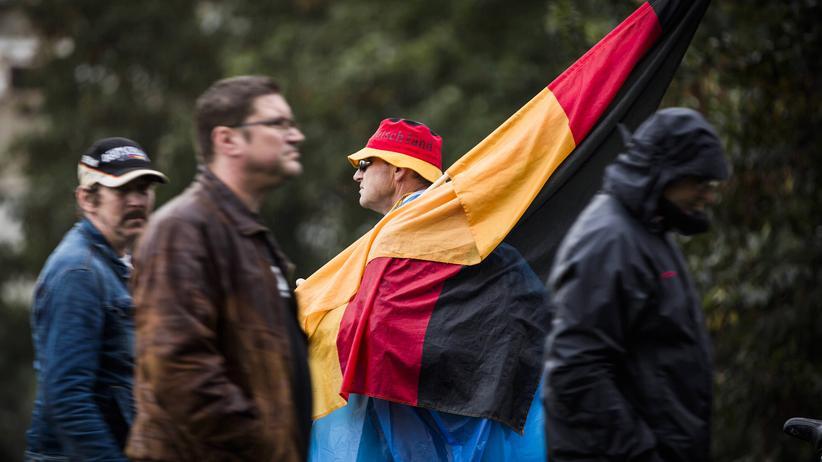 Ostdeutschland: Montags-Demonstration der Pegida-Bewegung  am Nationalfeiertag Tag der Deutschen Einheit - 03.10.2016 - Dresden.