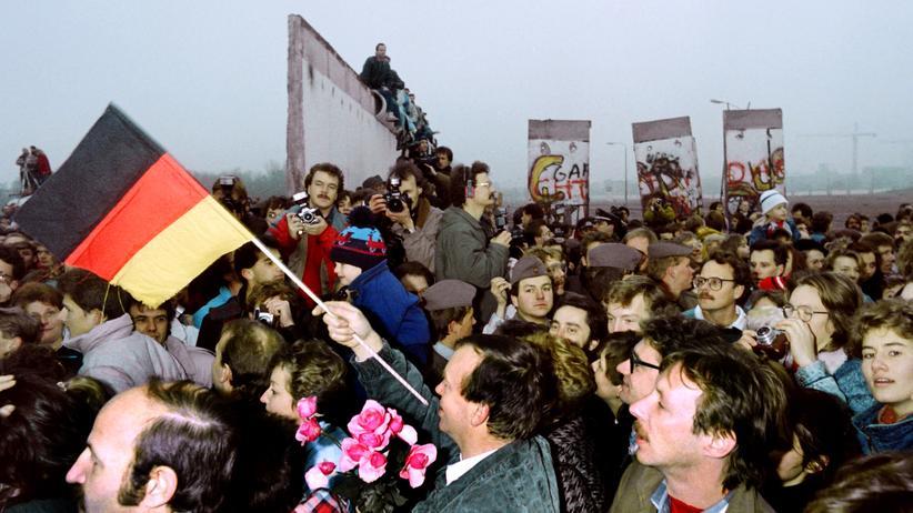 Ostdeutschland: Menschenmassen auf dem Potsdamer Platz in Berlin im November 1989