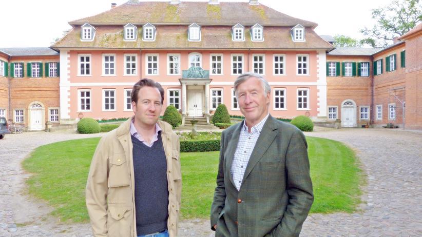 Niedersachsen: Die Grafen Bernstorff vor dem Gartower Schloss: Fried und sein Vater Andreas