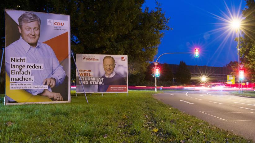Landtagswahl in Niedersachsen:  Wahlplakate mit den Porträts von Stephan Weil (SPD, r.) und Bernd Althusmann (CDU)  in Hannover