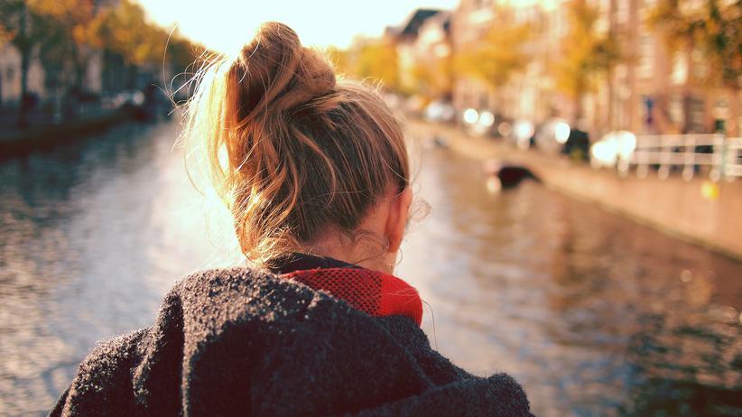 Abtreibung: Eine Frau steht an einem Kanal.