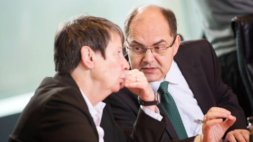 Glyphosat: Landwirtschaftsminister Schmidt im Gespräch mit seiner Kabinettskollegin Barbara Hendricks