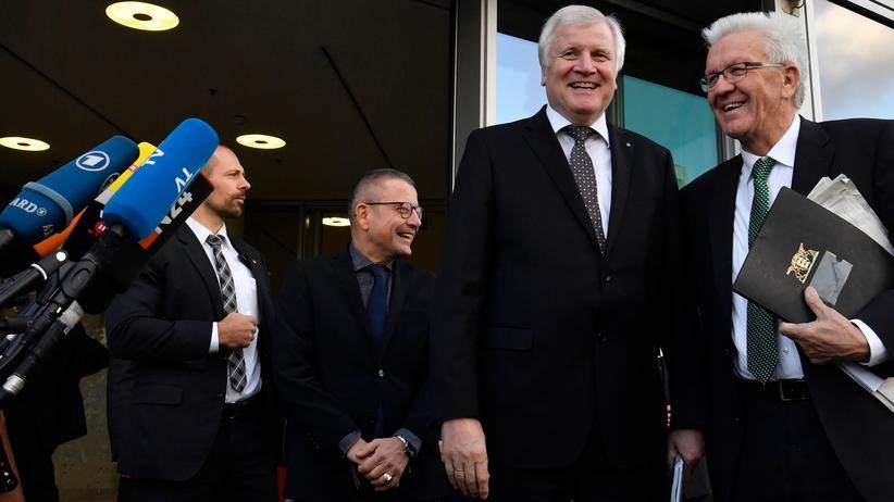 Jamaika-Sondierungen: CSU-Chef Horst Seehofer (l.) und der baden-württembergische Ministerpräsident Winfried Kretschmann (Grüne) vor dem Konrad-Adenauer-Haus in Berlin