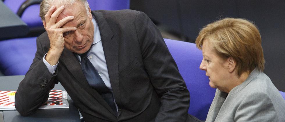 Grünen-Politiker Jürgen Trittin mit Kanzlerin Angela Merkel im Bundestag