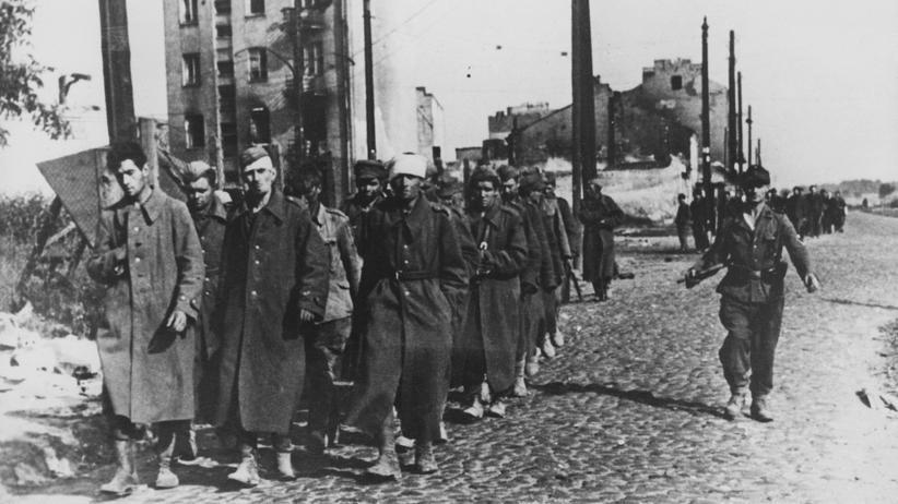 NS-Opfer: Ein deutscher Soldat (rechts) bewacht Gefangene des polnischen Widerstands. Die Aufnahme entstand nach der Niederschlagung des Warschauer Aufstands im Oktober 1944.