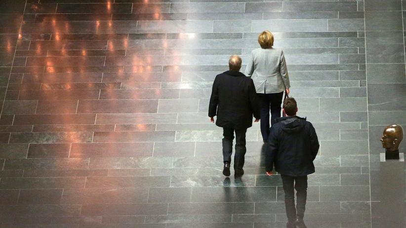 Regierungsbildung: Angela Merkel verlässt das Spitzentreffen mit SPD-Chef Schulz und CSU-Chef Seehofer.