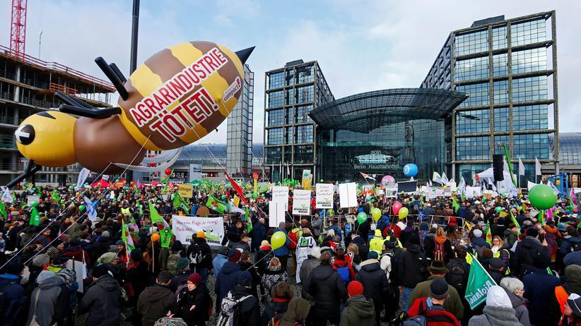 Demonstration: Teilnehmer der Wir-haben-es-satt!-Demonstration vor dem Berliner Hauptbahnhof