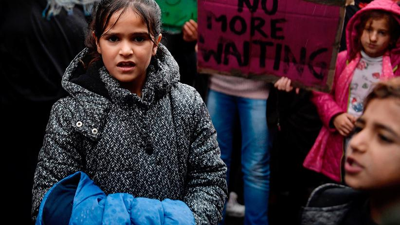 Familiennachzug: Vor der deutschen Botschaft in Athen protestieren Flüchtlinge, die zu ihren Angehörigen in Deutschland wollen.