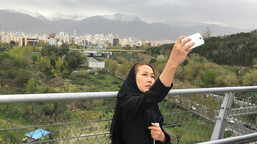 Proteste: Eine junge Iranerin in typischer Instagram-Pose