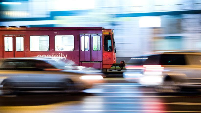 Abgase: Auf besonders belasteten Strecken müssen Autofahrer in Zukunft auf öffentliche Verkehrsmittel umsteigen, wenn die Bundesregierung ihr Vorhaben umsetzt.