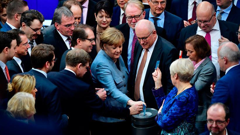 Migrationspolitik: Bundestag setzt Familiennachzug bis Ende Juli aus