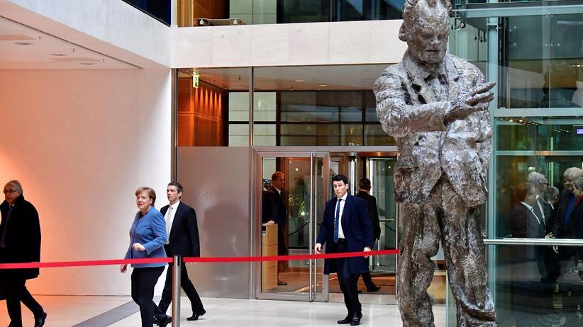 Koalitionsverhandlungen: Die geschäftsführende Kanzlerin auf dem Weg in die Verhandlungen am Sonntagmorgen im Willy-Brandt-Haus